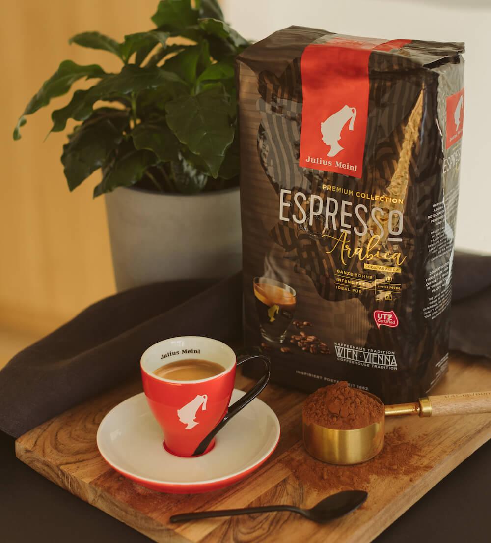 Julius Meinl Kaffee Espresso und Espressobohnen auf Tisch