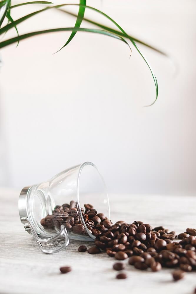 Kaffeebohnen und Tasse aus Glas