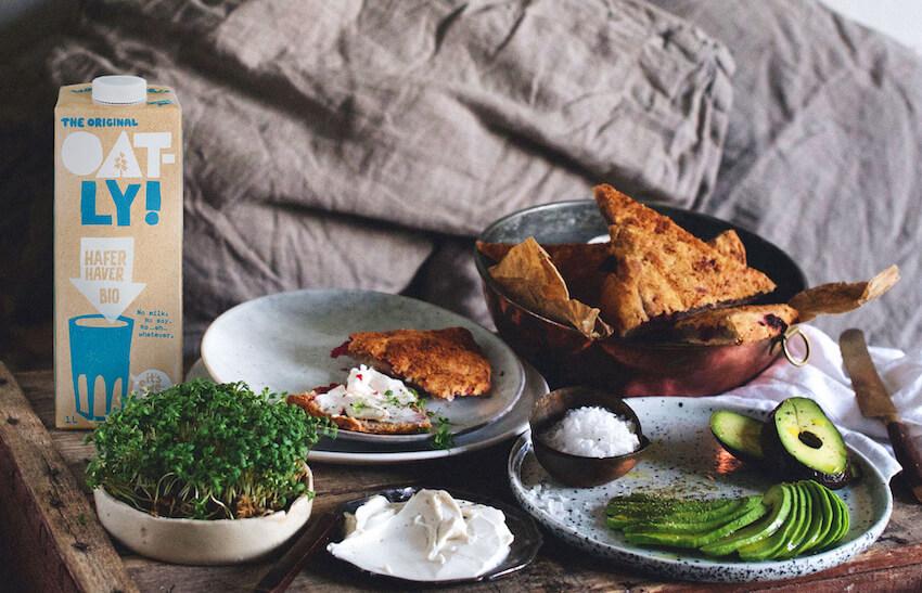 Oatly Bio Haferdrink auf Tisch mit Frühstück
