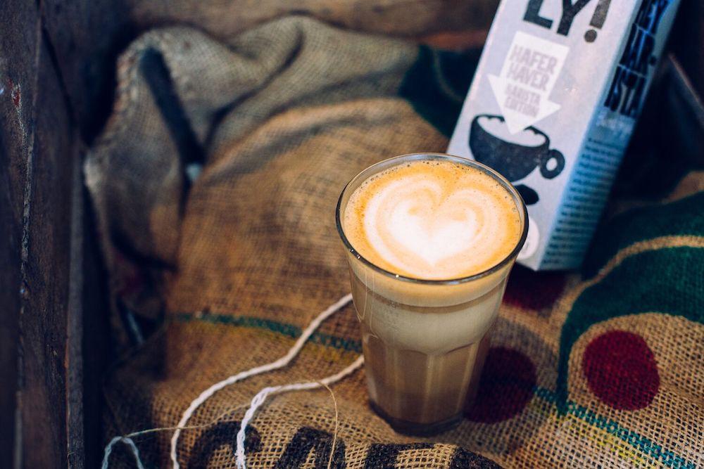 Oatly Haferdrink als Cappuccino mit veganem Milchschaum