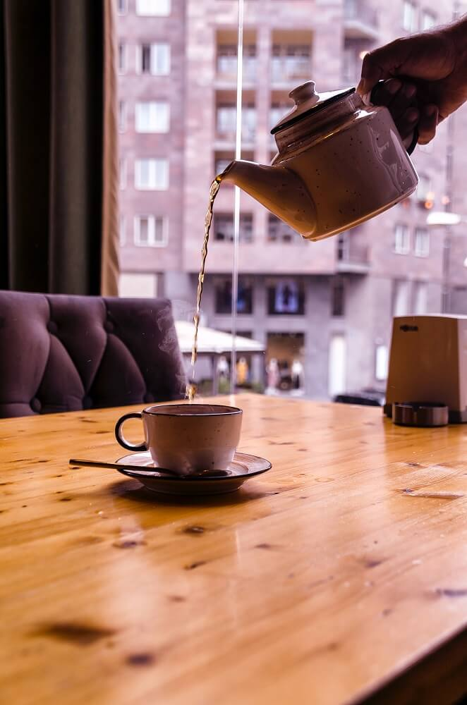 Paper & Tea schwarzer Tee eingießen
