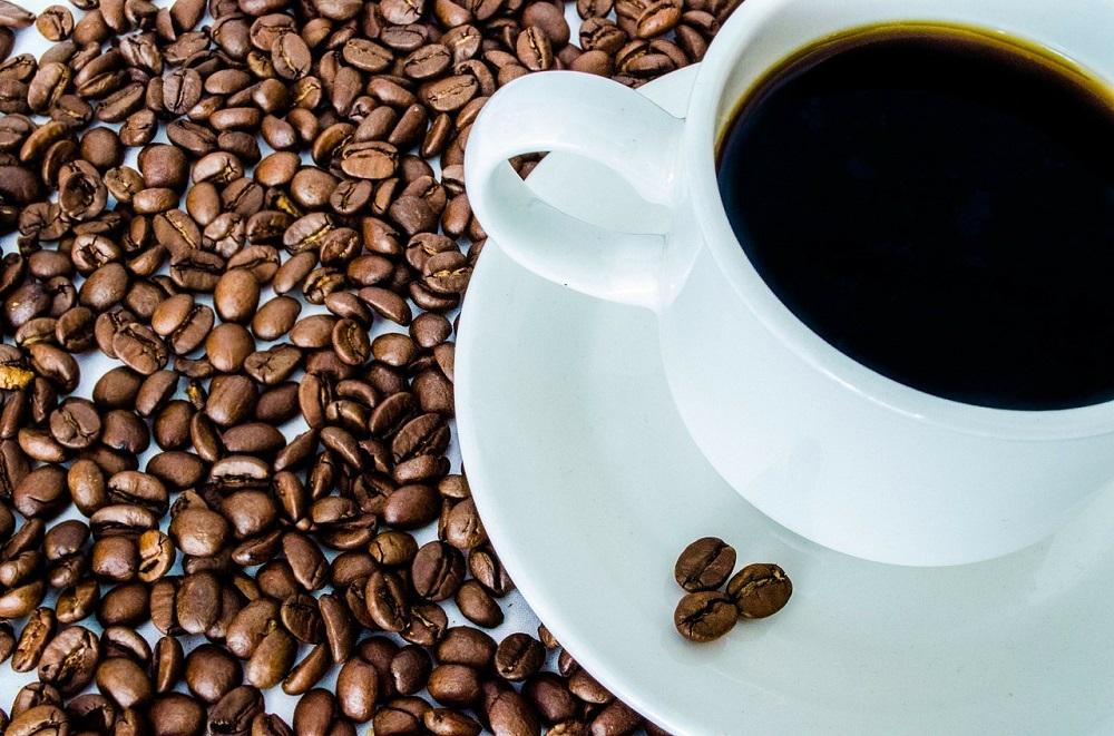 Tasse Filterkaffee und Bohnen