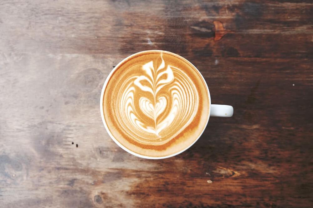 Tasse Kaffee zu Snacks von Purmacherei