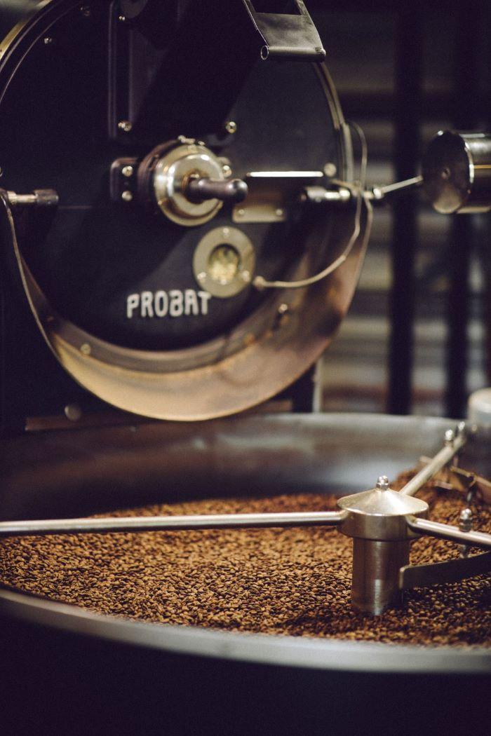 roestbar Kaffee wird geröstet