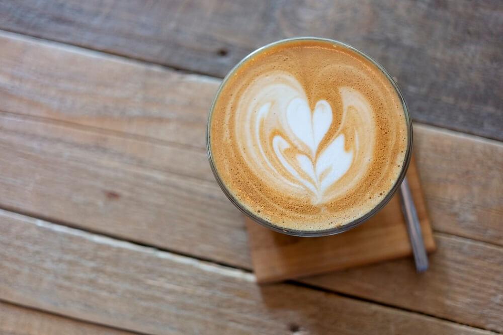 Säurearmer Kaffee mit Milch
