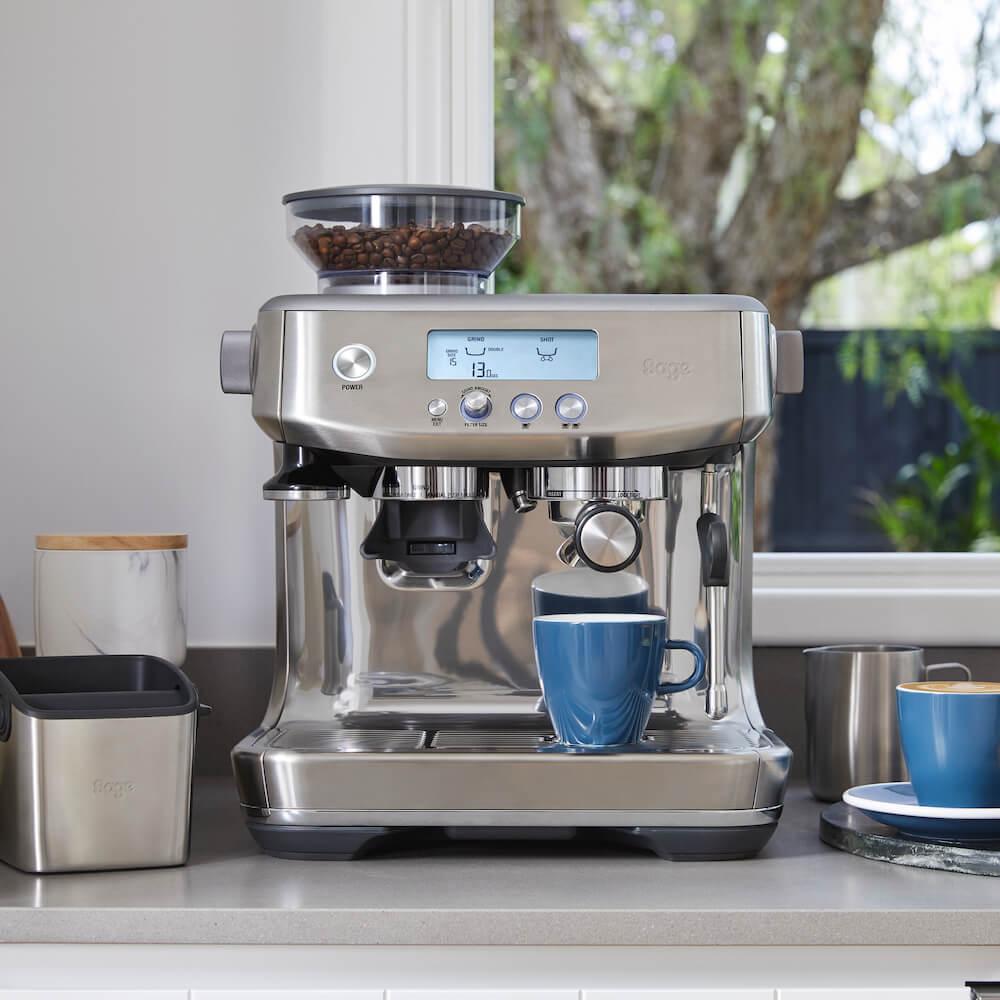 Sage Siebträgermaschine mit frischem Kaffee und Abklopfschale