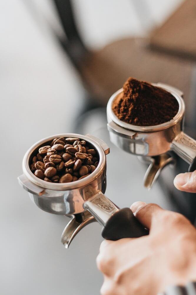 Bohnen und Kaffeemehl im Siebträger bereit zum Tampen