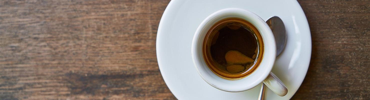 Kaffee aus Siebträgermaschine in Espressotasse