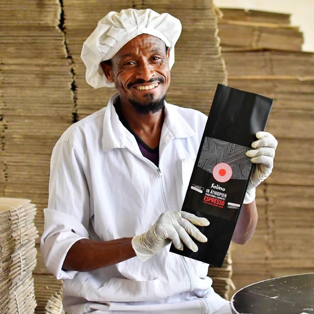 Röster zeigt Verpackung von Solino Espresso