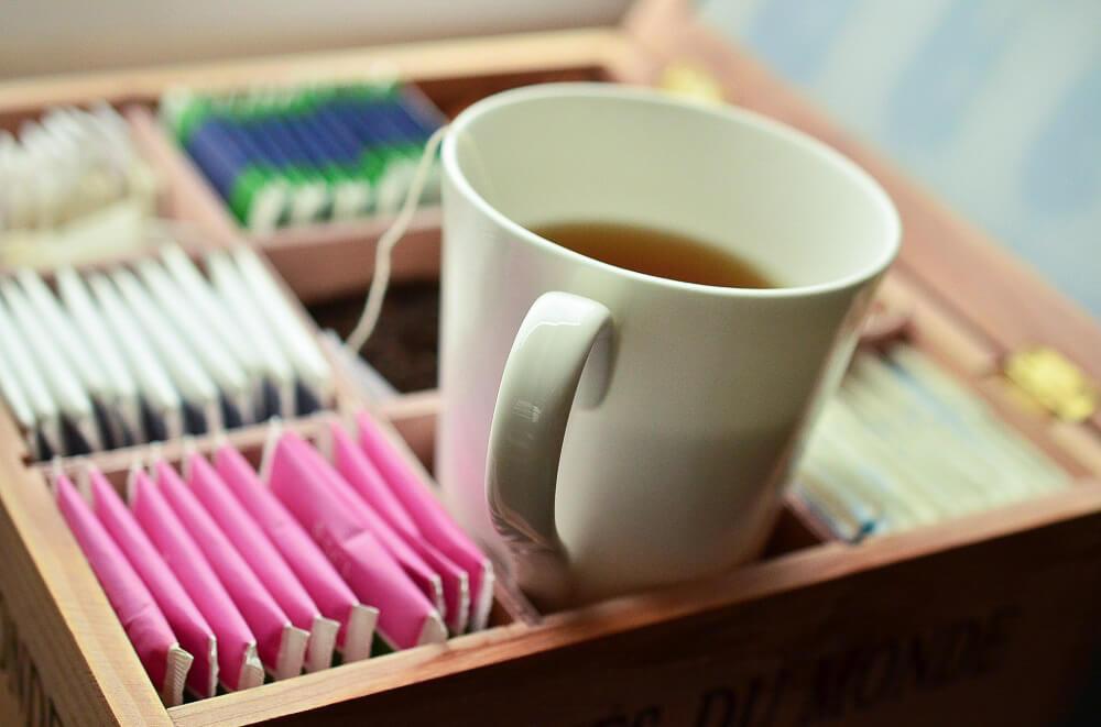 Verschiedene Teesorten und eine Tasse