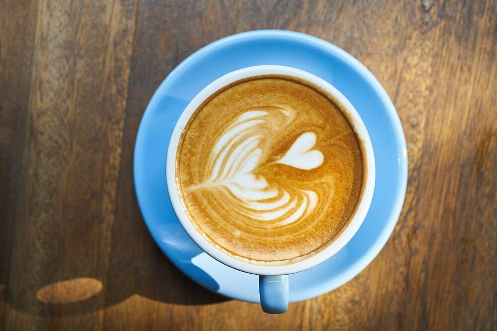 Cappuccino in blauer Porzellantasse