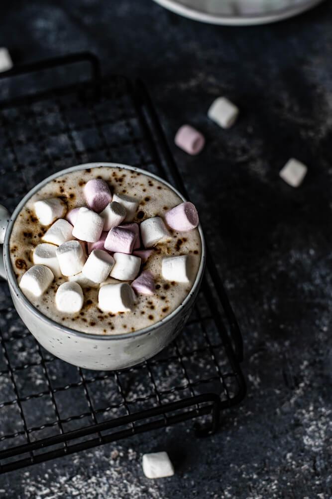 Marshmallows auf der Trinkschokolade