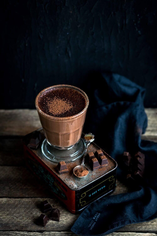 Schokoladengetränk im Glas mit Schokolade