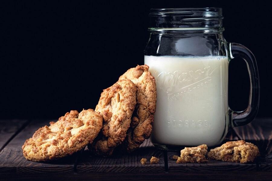 Weihenstephan Milch im Glas mit Keksen