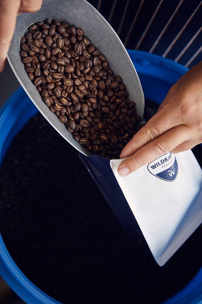 Wildkaffee Kaffeebohnen verpacken
