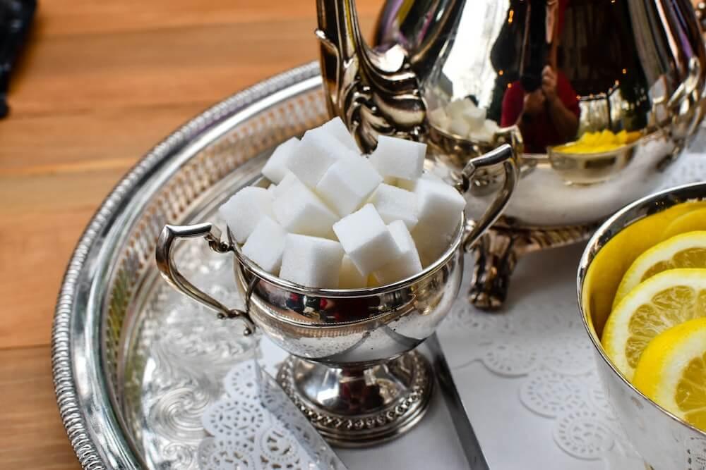 Zuckerschale mit Zuckerwürfeln auf Service