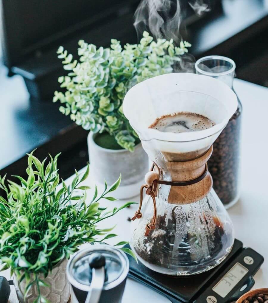 Kaffeefilter und gläserne Kanne