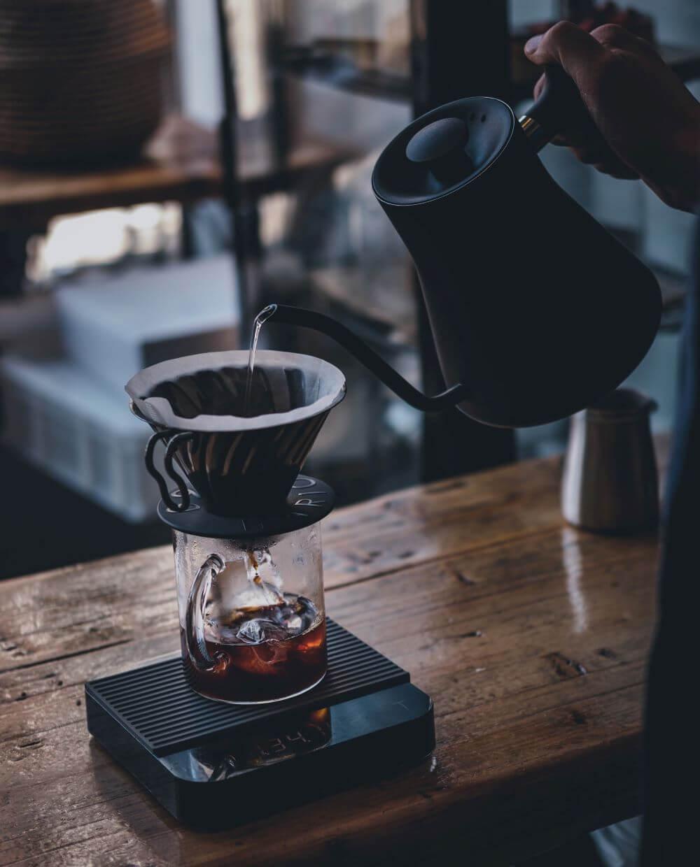 Zugabe von Wasser in Kaffeefilter
