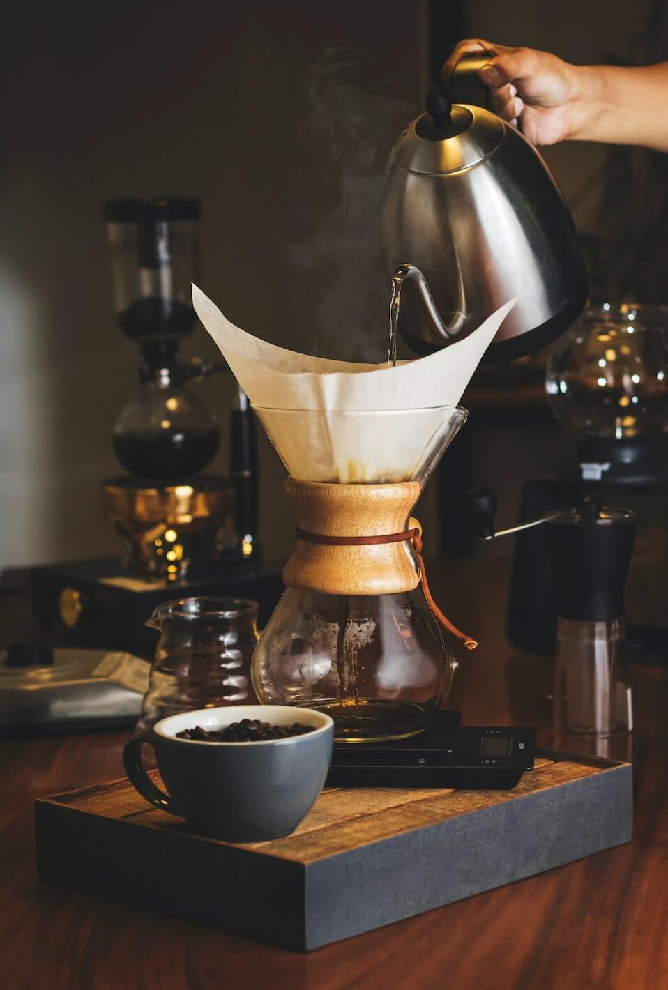 Chemex Kaffeebereiter und Kaffeemaschine auf Tisch