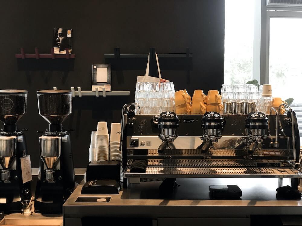 Kaffeemaschine und Kaffeemühle auf Coffeestation