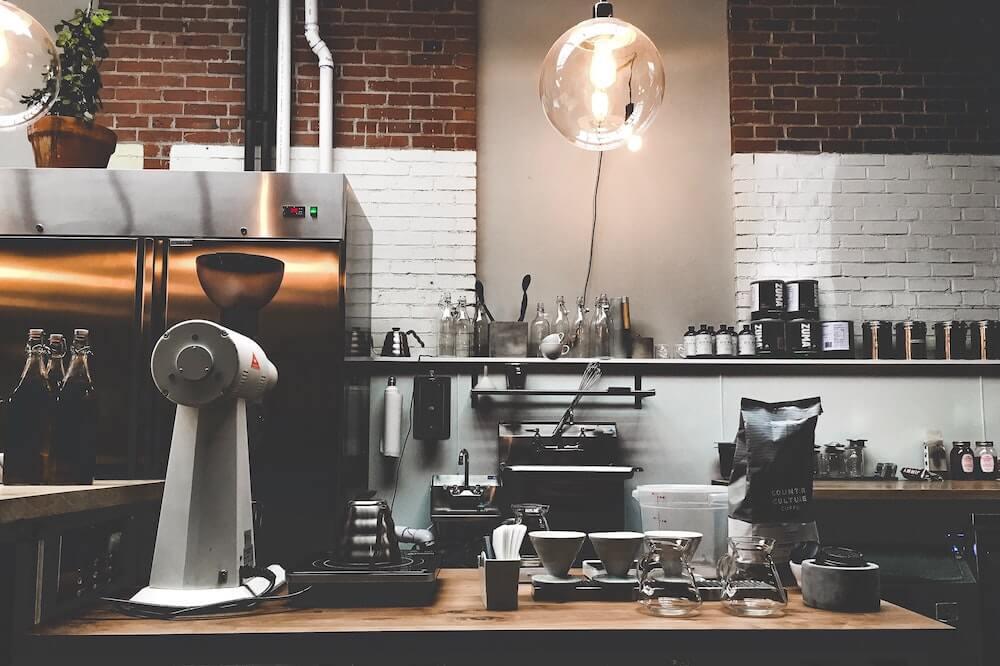 Kaffeemaschine und elektrische Kaffeemühle auf Tisch