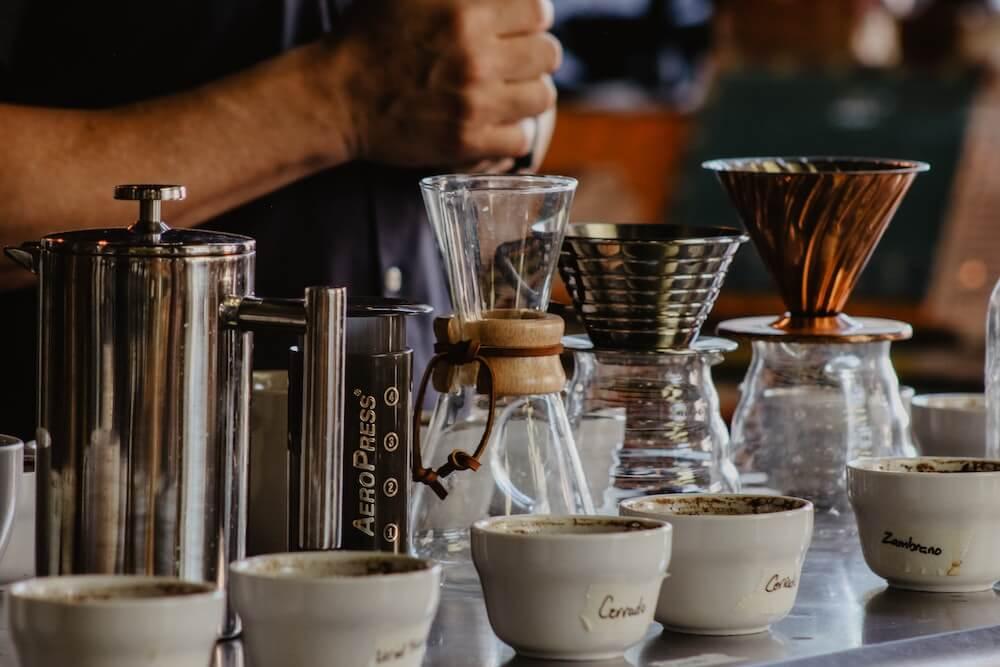 Kaffeemaschinen, Kaffeebereiter und Kaffeemühlen auf Tisch
