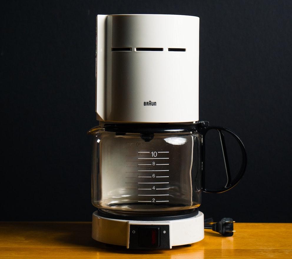 Klassische Filterkaffeemaschine in weiß auf Tisch