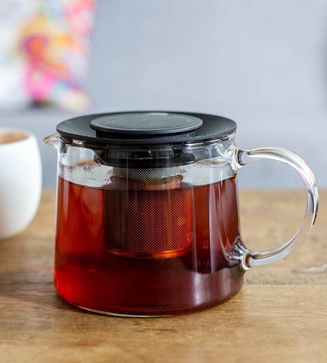 Glaskanne mit Tee