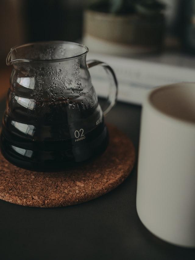 Kanne mit Kaffee neben einer Tasse