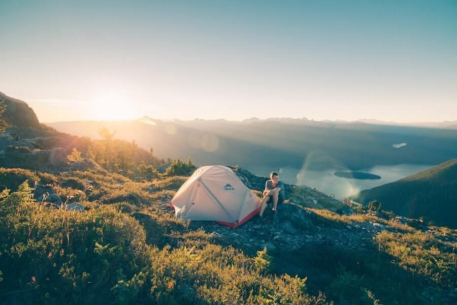 Kaffee auf einem Campingtrip im Wald