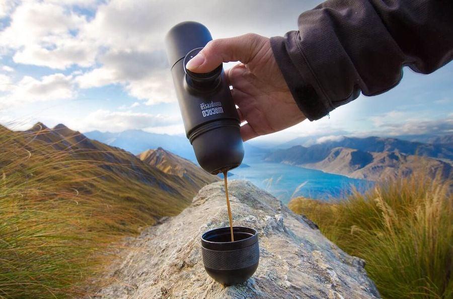 Wacaco Minipresso Reisekaffeemaschine auf Stein mit Kaffee