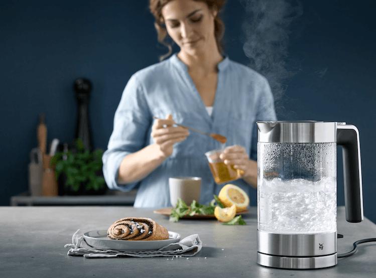 Wasserfilter mit kochendem Wasser auf Tisch