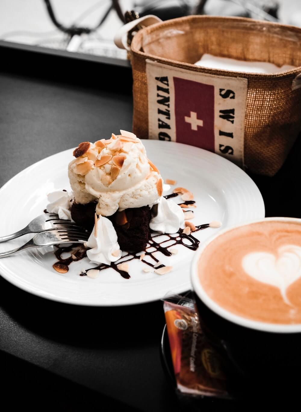 Schweizer Kuchen und Café Crème