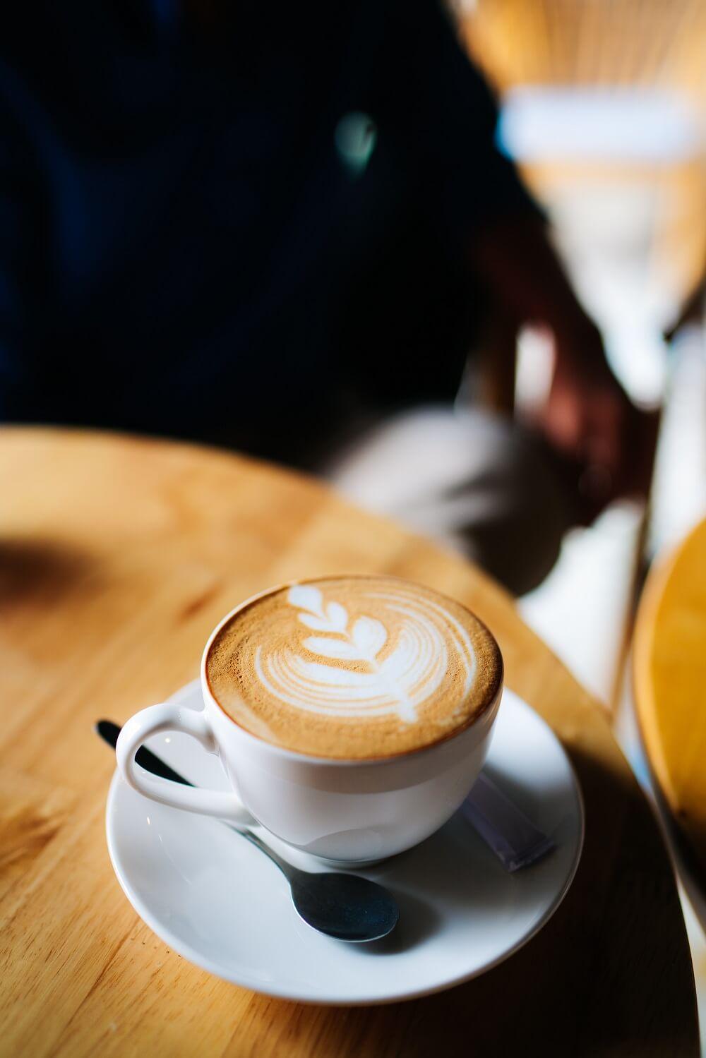 Cappuccino in weißer Tasse