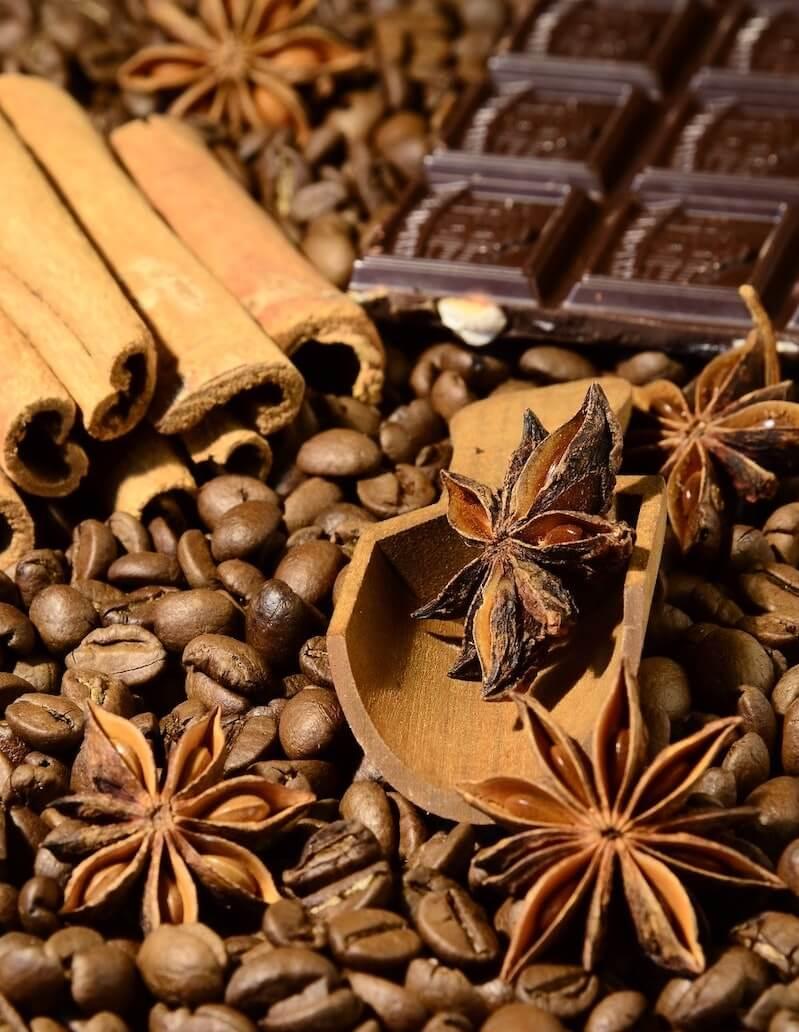 Kaffeebohnen, Zimt, Nelken und Schokolade