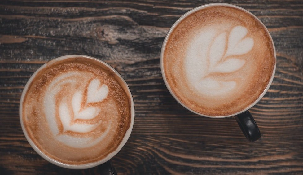 kaffeezubereitung als cappuccino in tassen