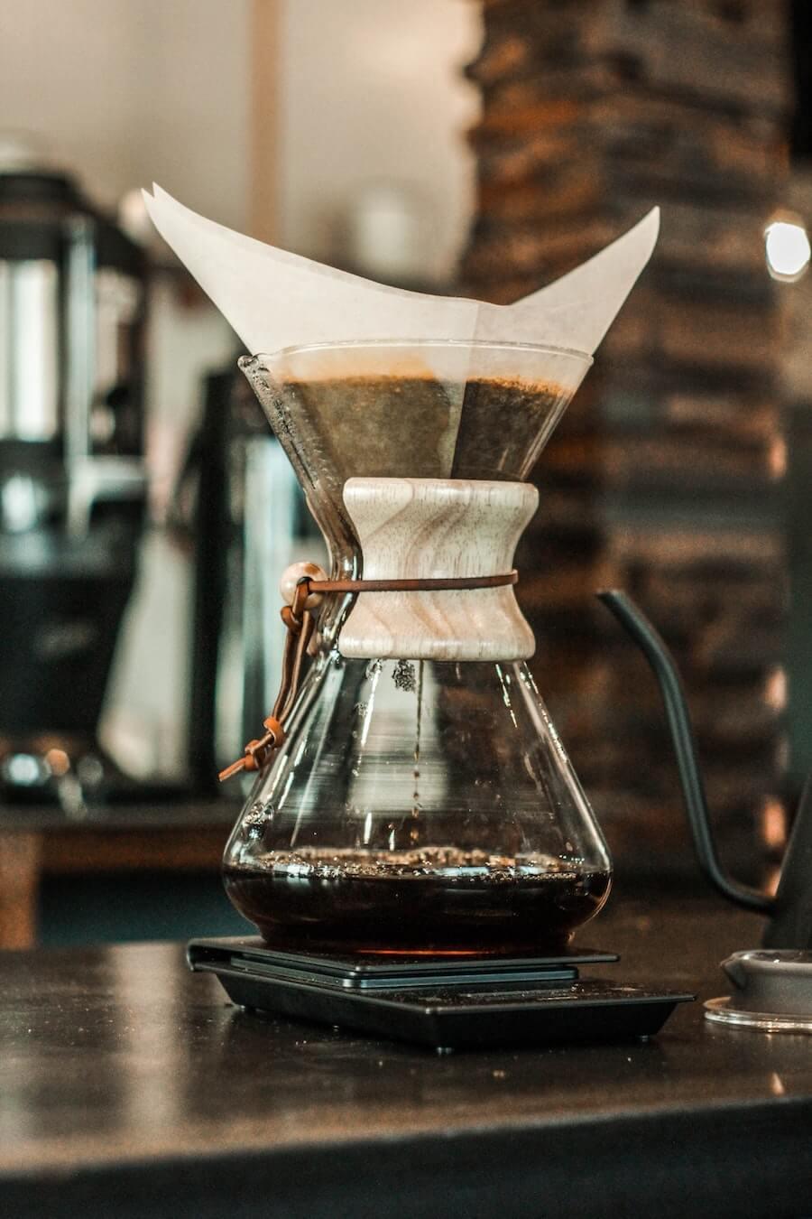 Chemex Kaffeekaraffe mit frischem Kaffee