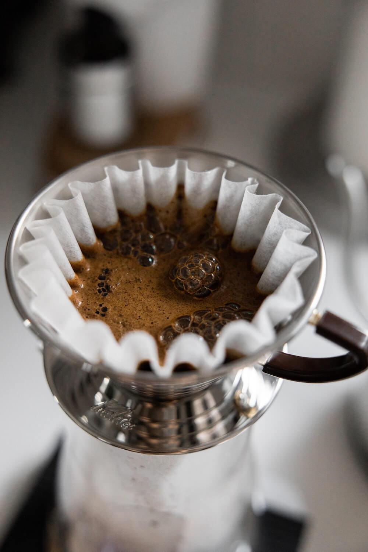 Frischer Kaffee in Handfilter