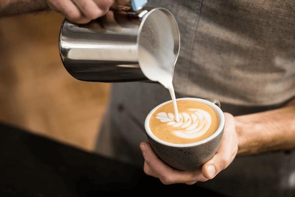 Latte Art Milchschaum für Cappuccino mit Alpro Barista Milch
