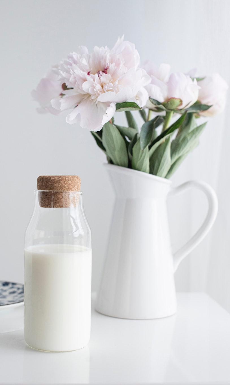 Haltbare Milch in Glaskanne