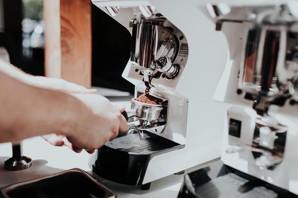 Espresso mahlen mit elektrischer Kaffeemühle für den Siebträger