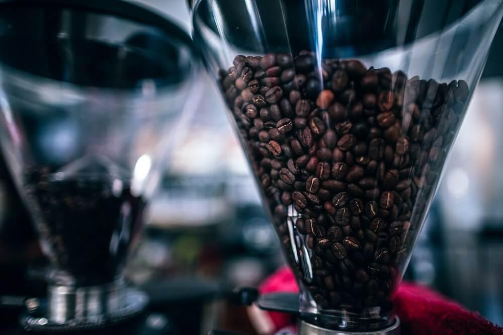 Milde Espressobohnen in Kaffeemühle