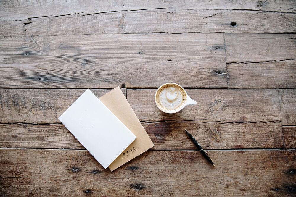Bücher über Kaffee neben Kaffeetasse