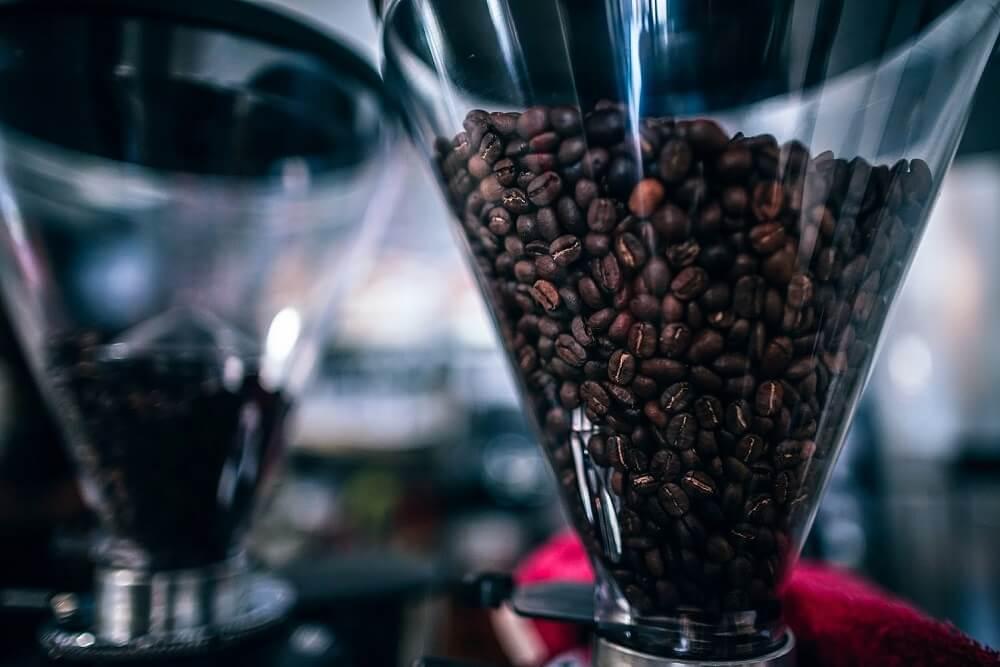 Espressomühle gefüllt mit Kaffeebohnen