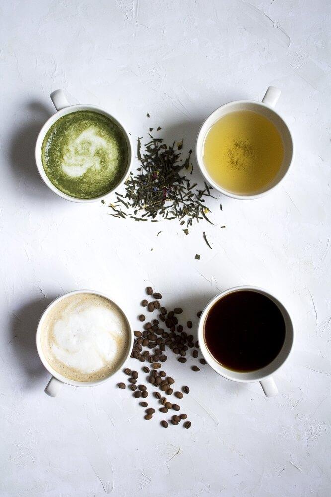 Verschiedener Tee und Kaffee in Tassen