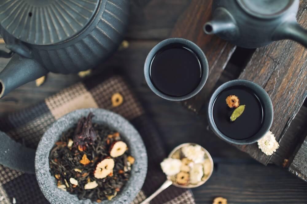 Schwarzer Tee serviert