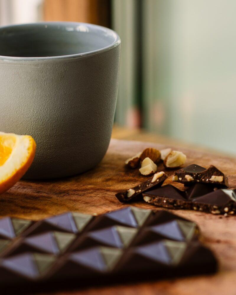 Schokolade neben Tasse