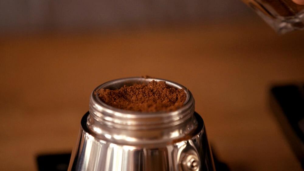 Espressokocher gefüllt mit Kaffeepulver
